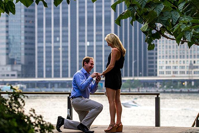 求婚有很多种形式,而每个求婚的人都尽可能的展现浪漫,现在许多人求婚的时候都会用到一些视频,用浪漫求婚视频作为求婚的辅助手段,会使整个求婚更加真实,浪漫。那么求婚视频的内容又需要些什么呢?需要做出一个怎样的求婚视频呢?