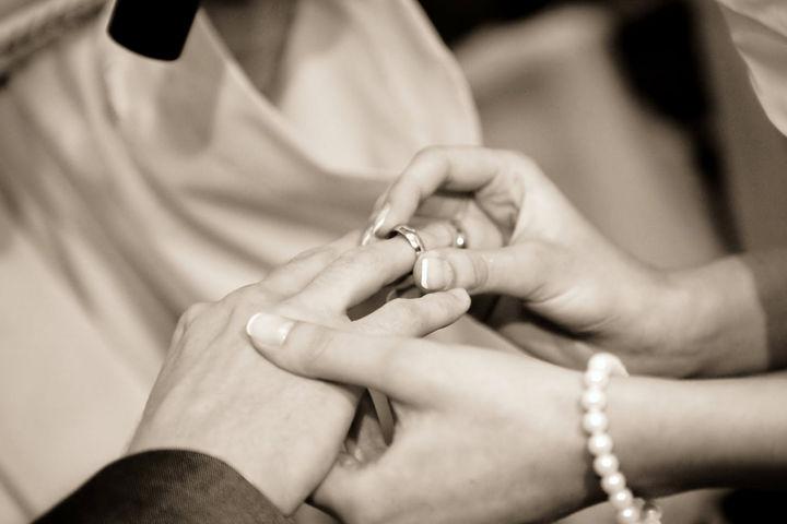 订婚戒指和结婚戒指的区别