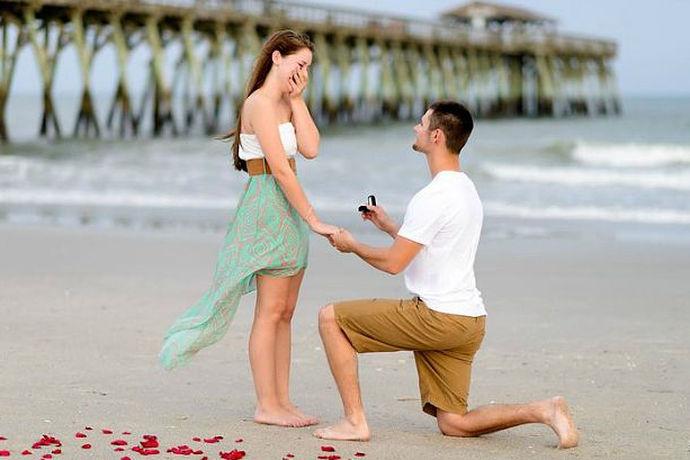 大多数人都知道,求婚时应该单膝下跪,而且单膝下跪的姿势应该标准。那么,求婚应该跪哪个腿,有什么明确的依据吗? 小编为大家解答一下: