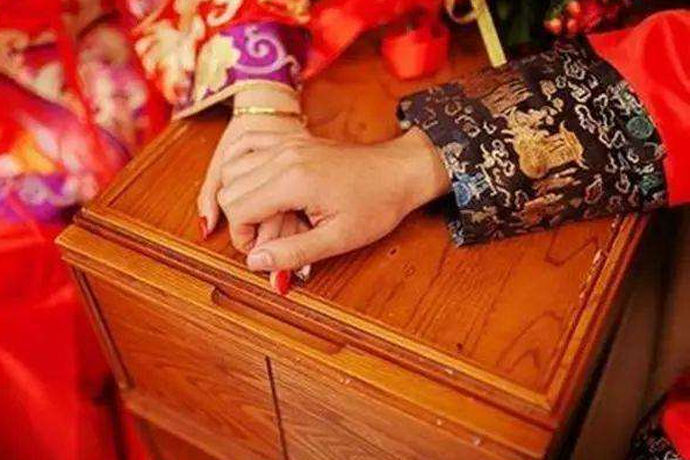 在传统文化里,为了趋利避害,最大程度上保证婚姻的美满,在婚前会先合婚。八字合婚其实是一种旧俗,主要是通过看男女双方的生辰八字五行是否和谐,来判断是否适合结婚。八字合婚需要专业人员解读,一般八字合婚常用的方法有六种。