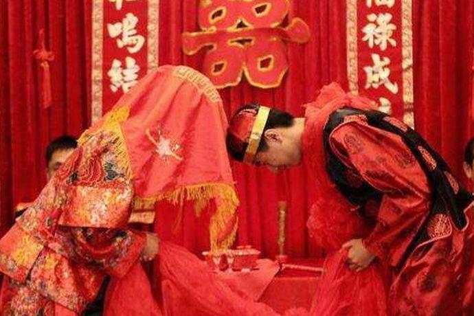 喊礼是湘西武陵山区的一种特殊的民间习俗,喊礼有很两种喊法,一种是丧礼,一种是婚礼,今天来说下农村结婚拜堂喊礼是怎么样的。