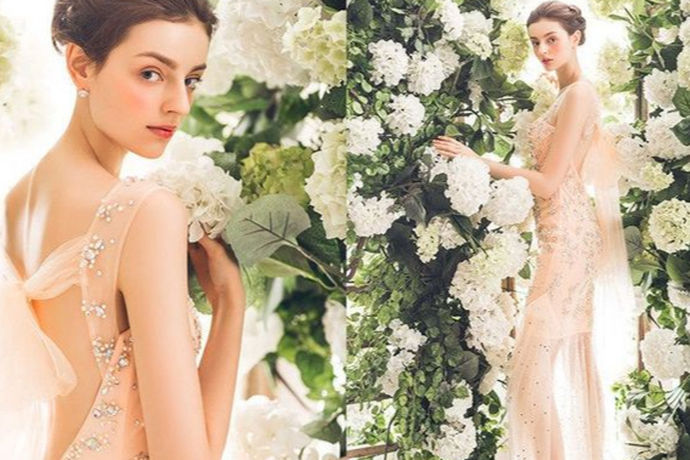 不光光结婚需要礼服,订婚也是需要正装出席的,现如今适合订婚的礼服款式有很多,使人们选择起来眼花缭乱,一件合适的订婚礼服就不可或缺啦!新娘子是想做安静的美女子还是hold住全场的女王?无论哪一种,合适的礼服总能衬出准新娘们最突出的气质。