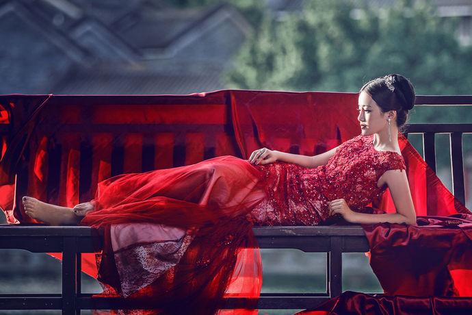 订婚在中华民族婚姻史上占据着重要地位,它是男女双方在经过父母同意之后,共同订立婚书的一种过程。订婚礼金就是男方需要给女方的一种结婚礼物,是对感谢女方父母养育之恩的一种方式,订婚礼金退还是在订婚双方订婚以后,不同意进行下一步而采取的行为。