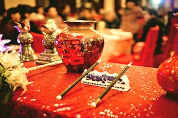 中国人结婚是很讲究良辰吉日的,无论是新人们定亲还是结婚的时候长辈们都会给他们挑一个好日子举办,就是传统说法中的黄道吉日,图个吉利。