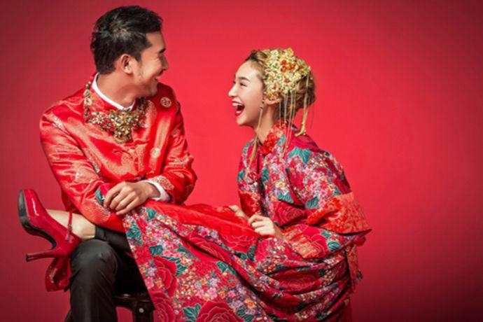 在结婚前你可能是叫叔叔阿姨,可之后就一定要改口,这就是改口费的来由。改口费也就是对象的爸爸妈妈发的一个红包,收下之后不仅称呼要变,也要像对待自己父母一样孝顺。这其中一个细微之处就是改口费什么时候给呢?这毕竟不是可以马虎的小问题,关于结婚的事情是不管再仔细都不为过的,不可以疏忽的。