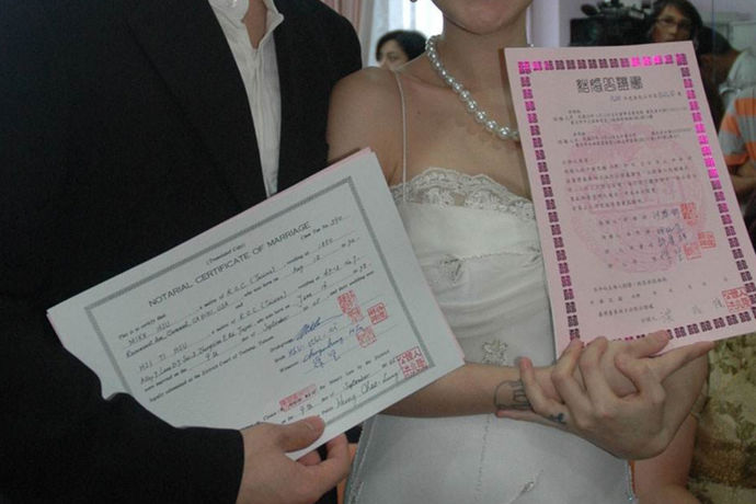 香港结婚证是指的内地人在香港结婚领证或者是香港人在香港的结婚领证。香港是一个国际化的大都市,在这个国际化的大都市中生活着来自于世界许多国家的人们,这些人们如果说想要结婚的话也是可以在香港登记领证的,而且也是合法的。