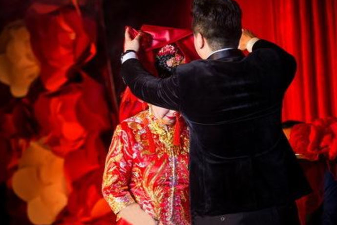 泰安结婚风俗是指的山东泰安地区的人们的结婚风俗习惯。泰安地区是山东省下辖的一个地级城市,它是中国的华东地区重要的对外的开放旅游城市。泰安人虽然说非常的崇尚国际风尚潮流,但是骨子里面的东西却没有变,还是坚持老祖宗留下来的礼俗,其中就包括泰安婚俗。