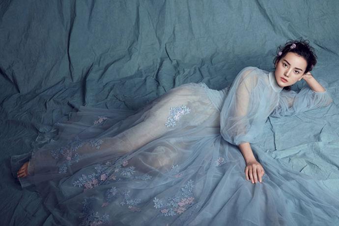 在冬季这样寒冷的季节举行婚礼,新娘可以选择一些中式服装作为敬酒服,比如中式秀禾服装或者马来褂。因为中式服装不仅能够很好地展示传统中式的端庄典雅美,还能够起到很好地保暖御寒的作用。除了服装的样式,还应该注意服装的颜色,在选冬季结婚敬酒服的时候,一般开始会优先考虑红颜色,除此之外还有白色的敬酒服,新娘可以根据自己之前选定的婚纱来选定比较合适的敬酒服颜色。