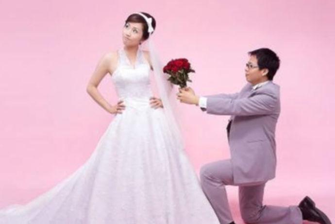 新郎求婚词顾名思义就是新郎在求婚仪式上要说的话,那么新郎求婚词主要包括哪些方面呢?首先,新郎要赞美新娘;其次,新郎要发自肺腑的说自己对于新娘的爱;最后,新郎要说希望给新娘的这个求婚仪式新娘喜欢。当然,婚庆公司也会给新郎提供新郎求婚词,新郎可以参照。