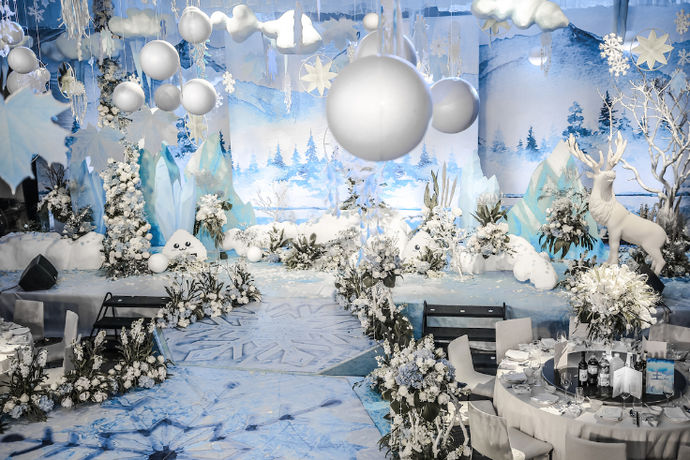 蓝色婚礼现场布置是指的新人举办婚礼使用的是蓝色的主题进行布置。以蓝色为主题的婚礼可以是在蔚蓝的大海边设计婚礼现场,也可以是在室内布置蓝色主题的婚礼现场,这两种以蓝色为主题的婚礼现场的布置前者相对要更加的简单一些。