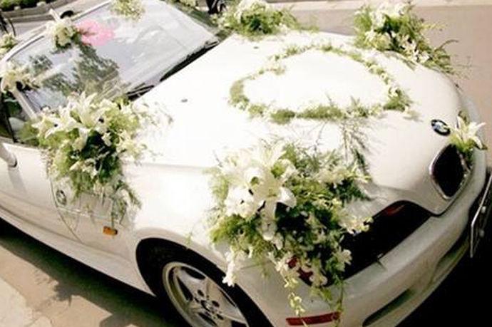 婚车装饰套装实际上指的就是结婚迎亲上使用的婚车车队的装饰套装。有些新人结婚都是请婚车装饰公司来进行头车的装饰,后面的车辆则是自己随便的挂上几个气球或者一两个红色的装饰物来完成的,这样的做法实际上极为错误的。
