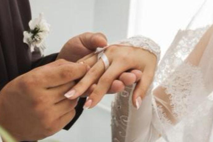登记结婚照尺寸就是在登记结婚的时候需要按照国家规定的尺寸大小进行办理,不仅登记结婚照尺寸有规定,而且结婚照的背景颜色也有明确的规定,通常情况下登记结婚照的背景颜色都是红色,不能用其他颜色,比如蓝色或者白色都是不可以的