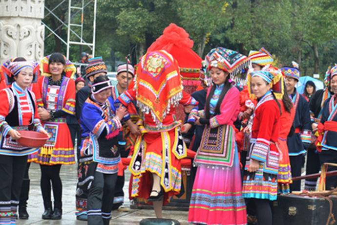 瑶族,主要分布在我国的华南地区。主要分布在广西、湖南、广东、云南、贵州和江西五省。其中以广西省的比较多。瑶族具有自己的语言文化,属于汉藏语系苗瑶语族。瑶族的文化深厚,那么瑶族婚俗有哪些呢?