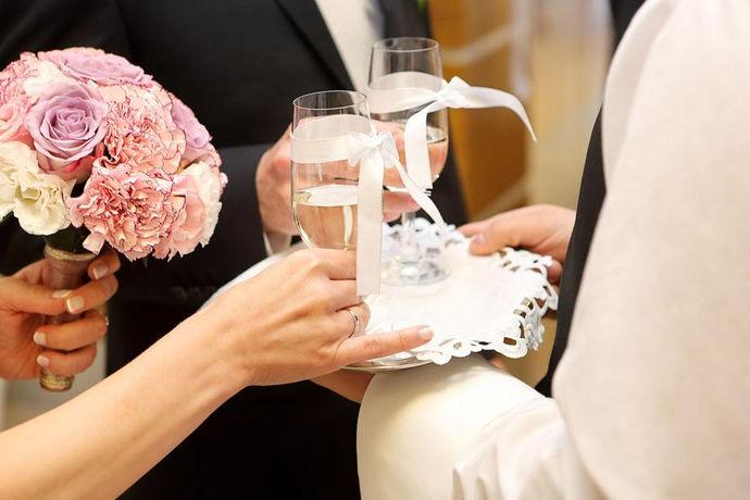 在敬酒这个婚礼中必经的流程中,很多人喜欢闹新人,玩一些小游戏来让新人喝更多酒,来增强喜庆的感觉,而这样的小游戏有很多,比如鱼得水、比翼双飞等等。