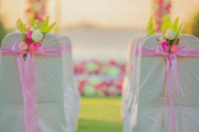 草坪婚礼注意事项是指新人在户外草坪或者公园举办婚礼时要提前考虑到的一些应对意外情况的处理方法。由于大自然的不可预见性,使得举办草坪婚礼要提前想到很多应对突发情况的处理方法,避免婚礼过程中由于意外情况而出现任何遗憾的事情,未雨绸缪,考虑好所有细节之处,帮助新人举办一场完美的婚礼是大家共同的心愿。