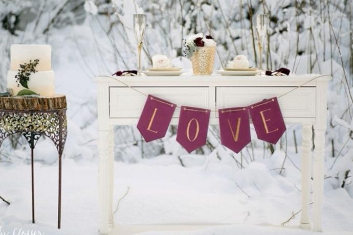 冬季婚礼主题是指新人在冬季举办的能够更加突出主题的婚礼仪式,让新人和宾客参与的是一场充满无限回忆的婚礼,可以在婚礼主题选择上突出季节性的特征,举办一场别致的婚礼盛宴。主要可以举办圣诞主题婚礼,冰雪奇缘主题婚礼,还有冰蓝色主题婚礼。既符合冬天的季节特征,还能够有一场浪漫唯美的婚礼,确实是不错的选择。