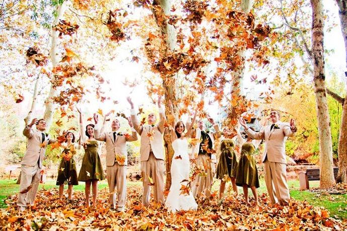 秋季婚礼着装是指在秋天举办婚礼时新人和宾客的穿着打扮,能够符合婚礼主题,既能够突出自己的身材优势,又可以给人带去眼前一亮的感觉。这个场合适合向大家展示自己的外表,女孩子们也可以尽情的打扮自己,当然还是要保持一定尺度的,不要抢了新娘子的风头,否则是会被批评没有礼貌的。