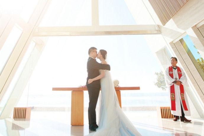 巴厘岛海外婚礼首先强调的是巴厘岛,巴厘岛拥有独特的海岛自然风光成为众多新人举行婚礼的圣地。作为海外婚礼的备选地,巴厘岛海外婚礼是其中最受欢迎的场地。越来越多的新人都梦想着来到美丽的巴厘岛举行此生最难忘的婚礼。