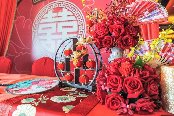 什么是汉式婚礼?汉式婚礼是指以中国传统文化礼仪为核心,其中以汉族文化为主体的一种结婚礼仪。汉式婚礼传统了中国礼仪文化的核心内涵,因为在中国传统文化的人伦文化里,夫妻关系是核心人伦关系与人伦文化。礼仪文化实质传递的是一种人与人之间关系的表面形式。