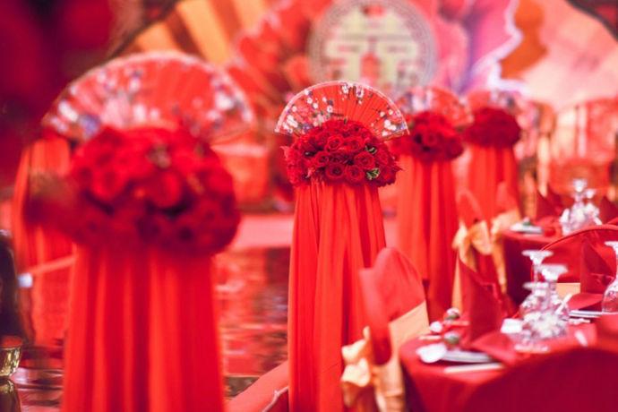 汉式婚礼流程是指依据中国传统的汉式婚礼而需要进行的必须的程序、内容等,它充分反映了中国传统文化,及与中国现代文化的碰撞,也深刻揭示了在社会人伦关系中处于核心地位的夫妻关系人伦,也是礼仪形式的一种唯美表现。