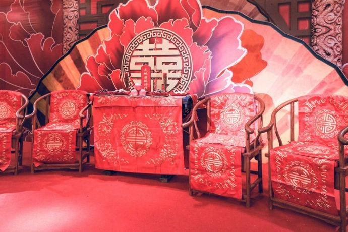 汉式婚礼主持词是指依据中国传统文化举办的汉式婚礼,在婚礼礼仪上由婚礼主持人说的主持词,由一个完整的汉式婚礼流程主持词构成。可以说,汉式婚礼主持词是完全依附于汉式婚礼流程及婚礼文化内涵来撰写、主持的。