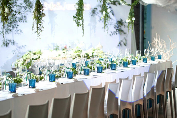 婚礼上婚宴鲜花布置是必不可少的一个环节,可以为婚礼增添许多亮点,婚宴鲜花布置大家总是要花费不少的心思进去的,婚礼布置者巧妙的将各类鲜花与婚宴主题与婚宴场景合理的搭配起来营造出最佳效果。使得这重要的婚礼变得难忘特别起来。