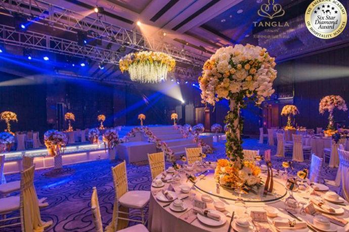 婚宴场地种类是根据婚礼仪式举行和举办宴会的地方环境、呈现出的现场效果、整体的色彩格调以及规模大小进行的场地分类。场地的不同类型价位也不同。一般有教堂、海滩、酒店、草坪等不同类型的场地可供新人选择。
