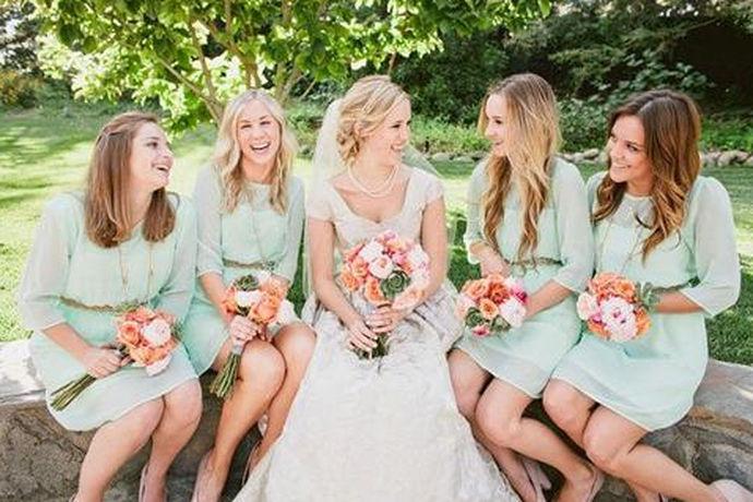伴娘,指陪伴新娘行婚礼的女子,也称女傧相。伴娘的主要职责是保护新娘,为了混淆视听,通常伴娘穿的衣服与新娘相仿,以防止恶人掳走新娘。在整个婚礼中,伴娘是一个很重要的人物角色。通常情况下,结婚的时候,新娘会请一个女伴做伴娘,也可以请6-12位女友或姐妹做伴娘。伴娘较多的时候,其中要有一位主伴娘。