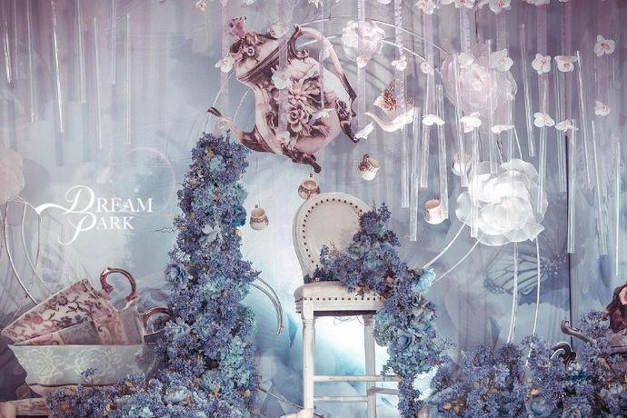 个性婚礼现场布置是结婚的新人设计的有新人特色和想法的婚礼现场,工作人员通过装饰品进行装扮来达到设计的效果,有个性的婚礼现场常常需要出其不意的道具,和巧妙的设计思想,现场的布置则需要多人配合才能完成。