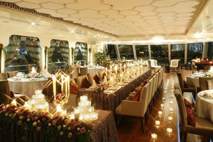 针对新人举办的婚礼,其实很多人都是希望自己的婚礼能够比较独特的,不希望跟随大众一样,举办一个普通的婚礼。那么在前期的准备中,就需要有个性婚礼策划方案了。目前的个性化婚礼策划方案,是指和普通的酒店婚礼策划有所不同,而在场地等的选择上有更为独特的风格和设计。这样能够给婚礼现场带来更好的效果。