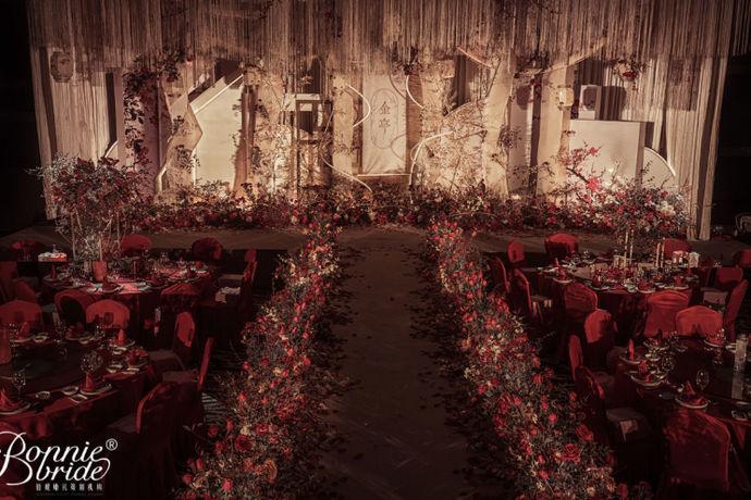 婚礼答谢宴策划就是在婚礼中我们需要有一个答谢宴来感谢一些到场的客人对新人的祝福。而这一个答谢宴是不能随随便便布置的,看一场婚礼的答谢宴就能看出来新人是否很看重这一场的婚礼。所以就有了婚礼答谢宴策划的需求。不过还是有很多新人不知道要怎么来策划婚礼答谢宴。