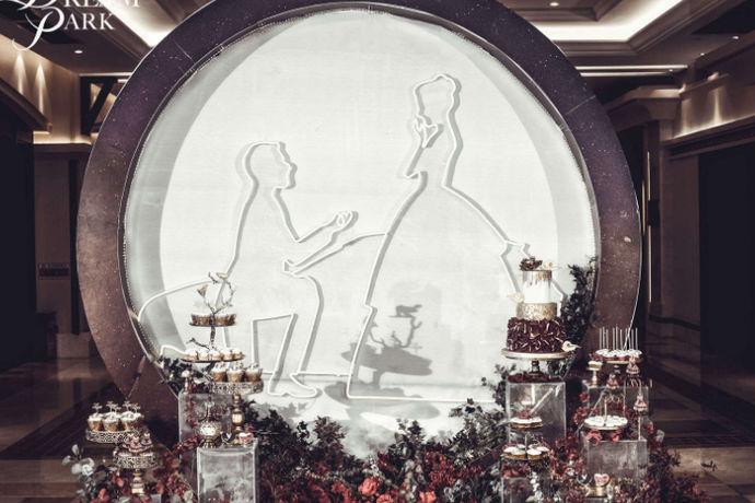 在婚礼的现场,它的整体情况是给新人和宾客的感受最为直观的。所以婚礼答谢宴现场布置,其实就是从现场的各个环节和要素出发来对整个宴会现场的造型做一个总体的设计和指导。总的规划方案是非常有用的,也是对婚礼现场的高度重视。