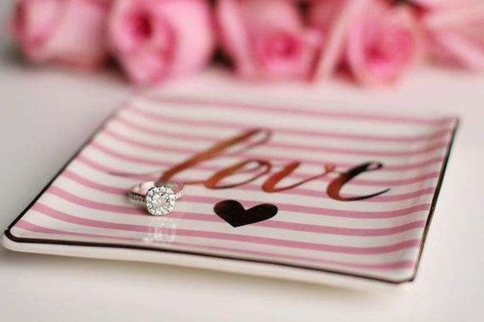 婚前协议书是男女双方在结为夫妻之前就夫妻权利义务、财产、子女和老人等相关问题达成一致后以书面形式签订的协议。婚前协议书范本简单版就是一个比较简单、简洁的婚前协议书模板,对那些不了解婚前协议该怎么写的人或者是没有太多条款需要写入协议的人来说,是一个很好的参考。