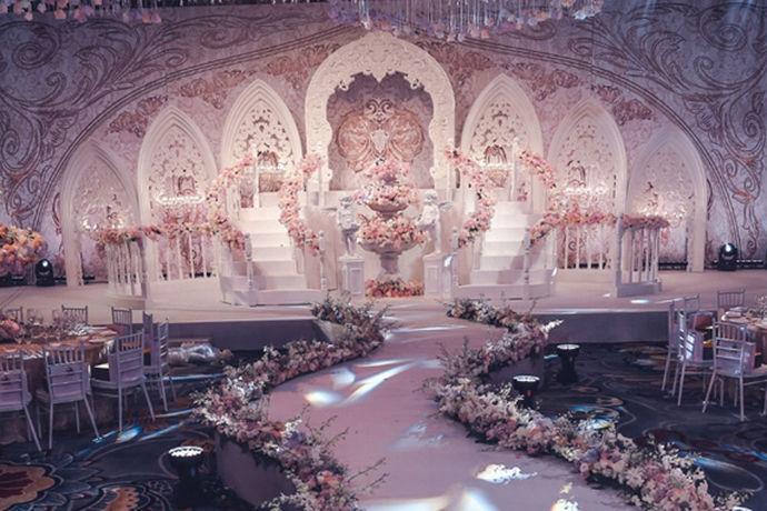 """洛可可风格婚礼是欧洲非常流行的一种婚礼方式之一。而且作为欧式婚礼的主要形式,它也有很强的代表性和特色性。洛可可是从法语""""贝壳工艺""""一词演化而来的,所以也可以被称作是一种音译的名称。它的特色是相当鲜明的,甚至对于国内的婚礼主题风格设计上有很大的参考意义。"""