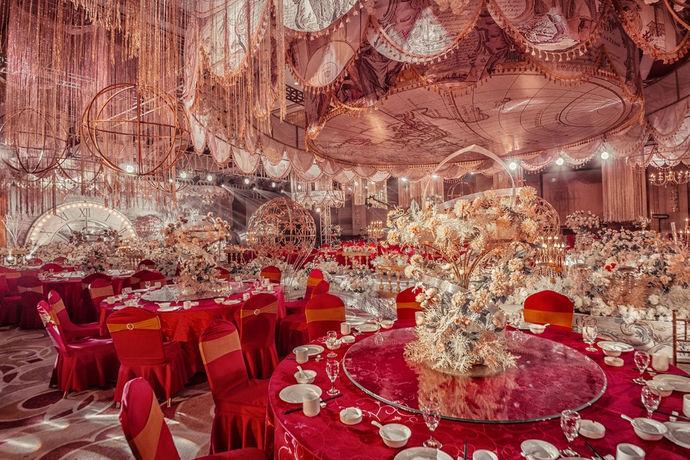 婚宴,按照中国习俗是指结婚庆典后举办的答谢宴。婚宴酒店,指大部分宴会都会和婚礼一起在酒店进行。预订,是指提前订约,需要支付一定金额的定金,任何一方没有按照预订合同进行,都会扣除相应的违约金。注意事项则是酒店预定过程中需要特别关注的内容和细节。