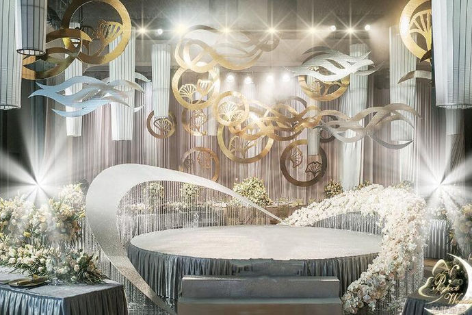 婚庆舞台设计其实就是指的婚礼中的婚庆主持司仪站的地方,新郎和新娘互戴戒指,说出爱的誓言的地方。婚庆舞台可以说是婚礼品质中重要的一个因素,婚庆舞台也是婚礼现场的一个中心,婚庆舞台装饰的精美,整个婚礼现场的精致度就是高的。