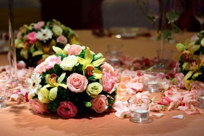 婚礼桌花是指的在婚礼上面来宾做的桌子上面摆放的鲜花。桌花也可以反映婚礼的主题思想,来宾坐在桌子旁边可以得到视觉上的享受。参加过多场婚礼的人应该知道,婚礼桌花是有很多种的,不同类型的桌花搭配不同的主题的婚礼,桌花简单的一个点缀可以让婚礼现场充满了美的味道。