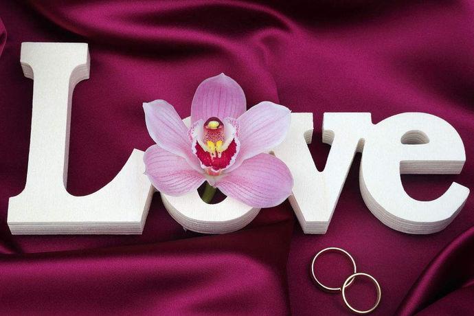 我国有结婚看日子的习俗,选择良辰吉日结婚可以给新人带来幸福的生活。结婚吉日,就是有利于一对未婚男女成亲的日子。结婚吉日在中国由来已久,这一民间习俗从古至今,历经千年习惯而形成,在中国的思想观念里已经根深蒂固。选择结婚吉日有讲究,需要综合考虑双方的生肖、八字等,现代人选择结婚吉日除了要考虑这些,往往还要考虑假期问题。