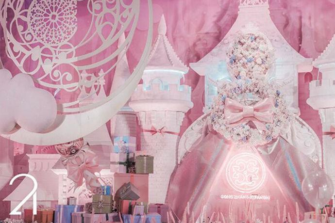粉色主题婚礼一个充满少女感的婚礼,需要通过各类花艺装饰、鲜花拱门、甜点、糖果等来实现。在生活中,粉色意味着浪漫和小清新,而在婚礼现场粉色则意味着新娘将会像公主一样走向新郎。用粉色去装饰婚礼,去诠释新人对爱的宣言,相信一定可以让婚礼与众不同。