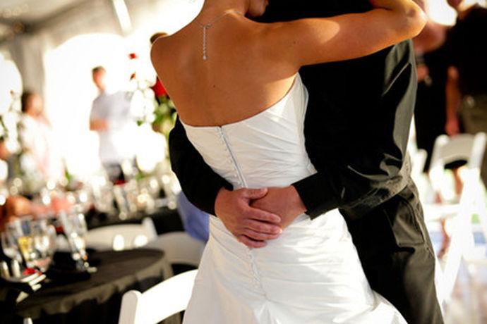 婚礼录像后期制作是指的在婚礼上录像师会进行录像,但是录像的细节是非常多的,可以说是全程都在录像,而一个完美的录像都是应该经过后期的制作的,专业的后期制作可以让婚礼的录像更加的顺畅,更加的精美。婚礼录像做后期自然都是要使用软件的,不会后期制作的新人最好是不要尝试。