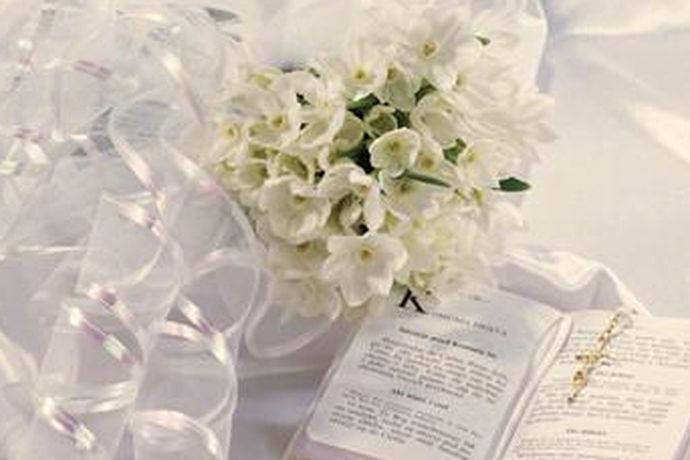在婚礼的流程中,准备,典礼与仪式具体的内容都是要符合基本流程要求的。所以现代婚礼流程的特点,呈现出中西结合的特点,尤其是从场景布置更加现代时尚多元化,从整体的典礼过程即有中式的传统,比如向父亲敬茶等等,又有西式的誓言,戒指等等内容,完全是让浪漫无所不及,让氛围更加浓烈,让祝福更充分。当然婚礼流程中,典礼之后的三天回门等等,仍然又有很传统的中国味。
