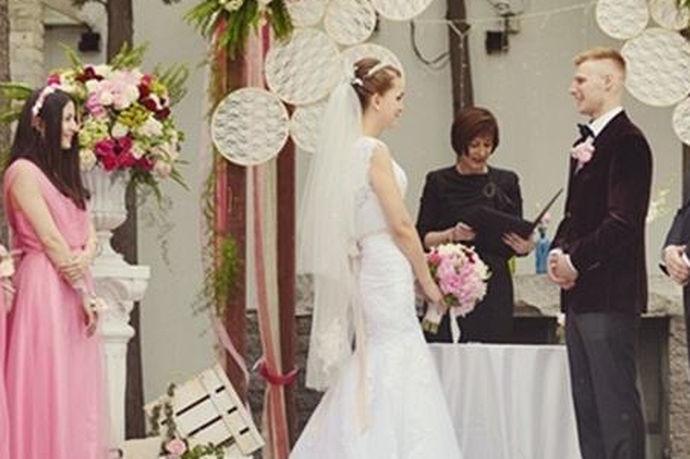 英式正规婚礼还是非常隆重而且复杂的,所以要说到具体的英国婚礼流程也有七项之多,而要参加这样的婚礼,盛妆出席还是非常有必要,而且要做好每个程序上都有互动参与的准备。当然现在很多中国人在英国办的婚礼,也会有很多中国元素。这里就是主要说英国相对传统的婚礼,七个步骤之多,而且各有中心。宾客到送祝福,典礼仪式神父主持,还有新人合影,酒会,婚宴致辞,婚宴,舞会。