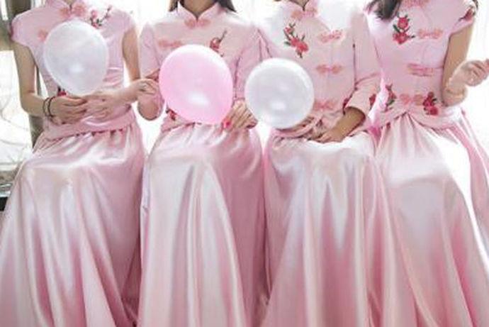 要注重在整体的婚礼上,有简单隆重的效果,又有很好的画面感,新郎与新娘会在不同的环节上,选择不同的着装,这时候整体的婚礼过程中,如果选择了中式的风格,自然就会有很多中式的大婚礼服来进行搭配。那么中式婚礼伴娘礼服要与新娘有一定的搭配的的感觉,更重要的就是避免与新娘装撞色,在不抢新娘风头的同时,还要有相对简单而精致的特点,更要融入更明显的中式元素。
