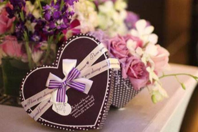 婚礼步骤即结婚典礼进行的顺序;准备即预先的安排或者筹划;流程则是事情按照顺序进行的安排或布置。婚礼步骤准备及流程即新人在结婚典礼之前需要提前准备、安排布置的各种事项,以防忙乱的婚礼当天因不熟悉流程失了礼仪。