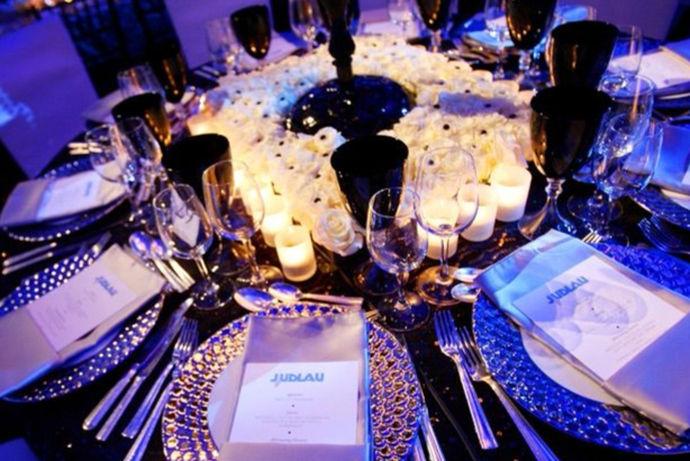 婚礼晚宴流程其实就是婚礼现场流程和宴请吃饭的流程综合,整个晚宴大家在一个大厅中,婚礼举办完之后开始晚宴,而晚宴的过程中舞台上还有表演、新娘新郎敬酒,新人父母敬酒等一系列流程。