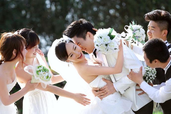 婚庆其实是个很特别的服务行业,可以说婚礼的形式是千变万化的,因此,做好沟通非常地关键,最重要的事情还是婚礼中的新人满意,这是非常关键的事情。事实上,婚礼策划是没有现成的样品可以直接供新人选择,具体的细节和操作的流程还是需要新人和找婚庆公司之间进行沟通、调整和确认,那么,找婚庆公司谈的细节有哪些呢?和婚庆公司就一些关键的事项必须要再三确认,达成共识.