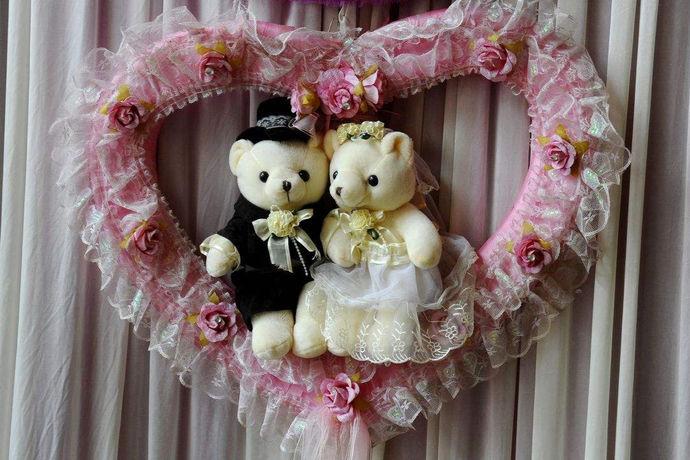 集体婚礼同样可以见证经典爱情,营造幸福感觉。众多美丽的新娘和新郎共同见证神圣的时刻,也是非常难得的,给人一种和谐、美好的感觉。新郎会为美丽的新娘戴上戒指,共同宣读结婚宣言。其实根据不同的新人需求,集体婚礼主题是可以自由选择的,新人在报名集体婚礼的时候就可以根据自己的喜好来选择不同的主题。新人约在一块办婚礼,不仅仅现场热闹非凡,而且意义也是与众不同的。