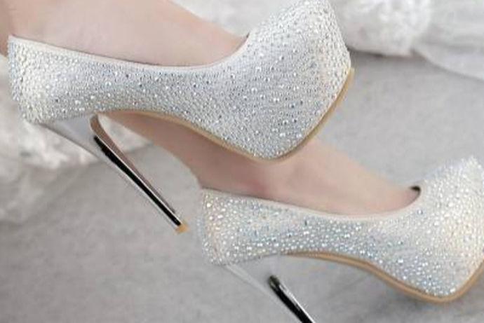 在世界文化大融合的今天,中国的女孩在结婚时也常常选择西式婚礼,白色婚纱也能很好的衬托出女生的气质,而白色的婚纱该配什么样的婚鞋呢?显而易见的是,中国的传统红色婚鞋,是不能搭配白色西式婚纱的,这时,银色婚鞋便成为一种选择。