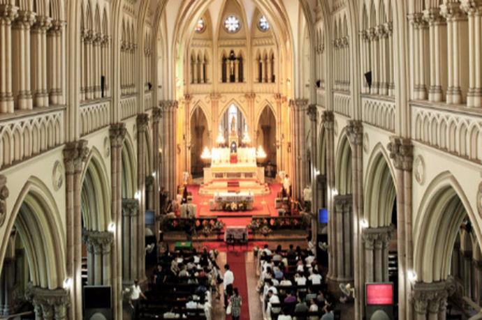 上海教堂婚礼:是指在上海的教堂里举行的婚礼仪式;但是教堂婚礼和普通婚礼不同,无论是仪式上还是参加方式都比较严谨,很多人对于教堂不熟悉的并不知在教堂举行婚礼时有什么规矩,那么在上海教堂举行婚礼仪式时,选择在哪里举办会比较好呢?此外价格上会比婚宴酒店式的婚礼便宜吗?
