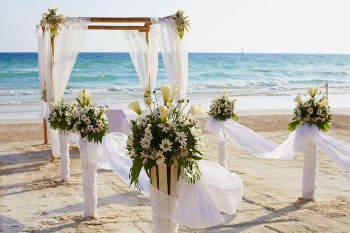 户外主题婚礼便是以户外自然区域为婚礼场地,有沙滩婚礼、林场婚礼、花园婚礼等等,借助美好的自然风光,让婚礼更加唯美温馨。在婚礼的布置上,婚礼餐桌、婚礼请柬、婚礼路引子、婚礼伴手礼等都借助户外自然景区的相关因素,使得婚礼更加切合主题。